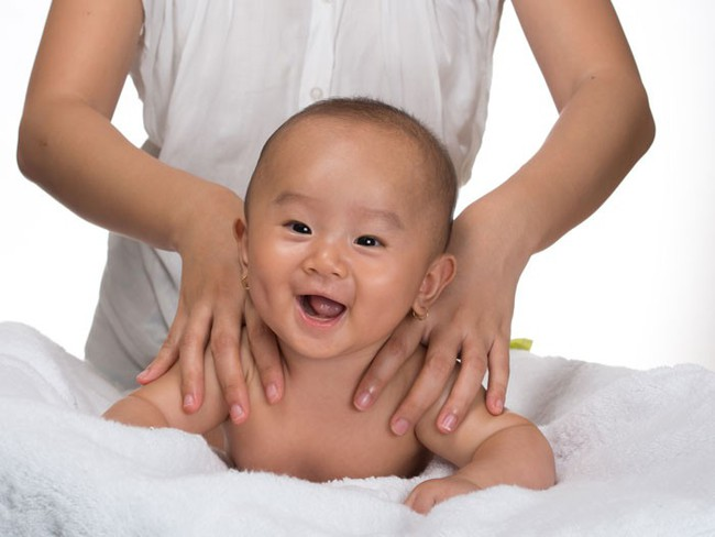Bé 3 tháng tuổi chết sau khi massage, cảnh báo những trường hợp không được massage cho trẻ - Ảnh 3.