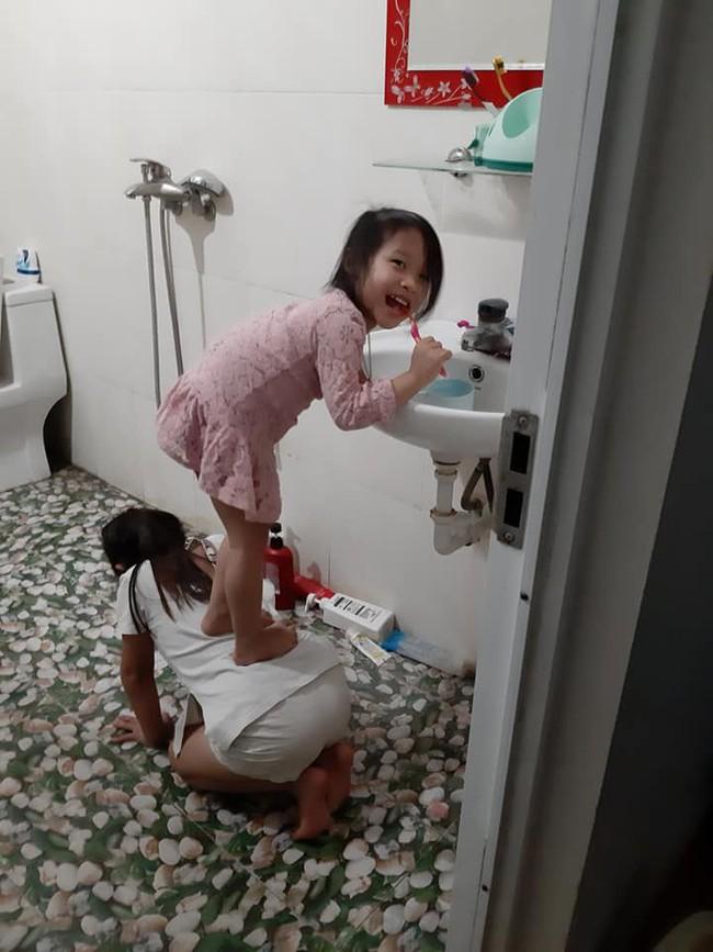 Quỳ xuống làm ghế cho em gái đứng đánh răng, cô chị được cư dân mạng phong danh hiệu chị gái quốc dân - Ảnh 3.