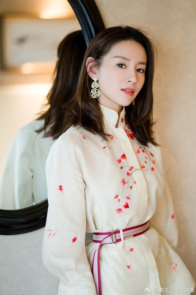 Dù đã sinh con, Phú sát Hoàng hậu Đổng Khiết vẫn khiến gái trẻ phải tròn xoe mắt vì đẹp gợi cảm thế này - Ảnh 5.