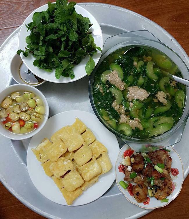 Vợ trẻ khoe mâm cơm hoàn hảo chồng nấu, hội chị em xem xong lại hoang mang về đĩa rau lạ - Ảnh 1.