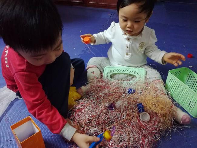 Học lỏm mẹ Hà Nội biến nhà thành bãi chiến trường, sáng tạo muôn vàn trò chơi cho con  - Ảnh 3.