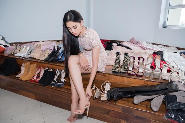Choáng ngợp với số lượng quần áo mà Hoa hậu Tiểu Vy mang đi Miss World: Dường như cả làng mốt Việt đang vào cuộc! - Ảnh 1.