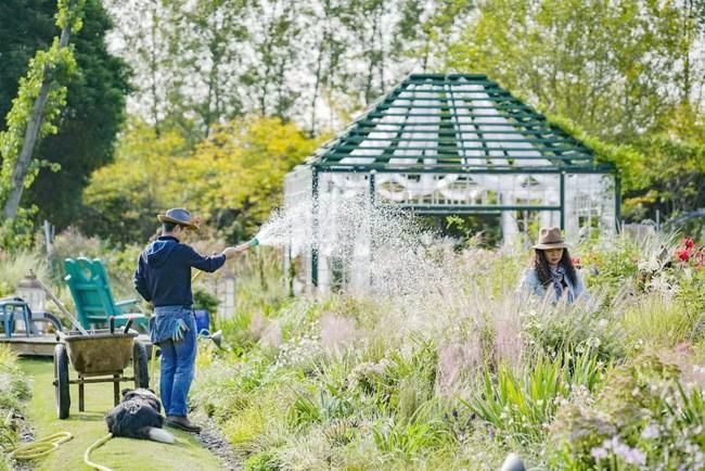 Khu vườn rộng 3000m² đẹp như cổ tích của vợ chồng 40 tuổi quyết định nghỉ hưu sớm về quê tận hưởng cuộc sống - Ảnh 1.