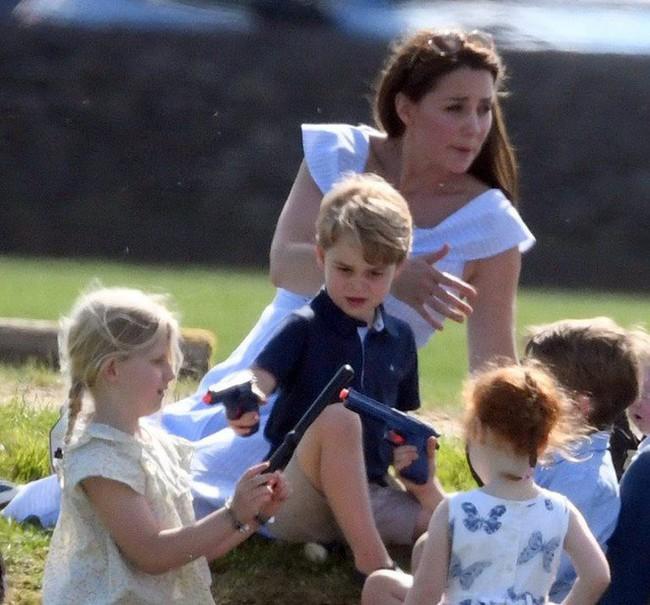 Những khoảnh khắc kém duyên, thiếu tinh tế bị ném đá của thành viên Hoàng gia Anh cho thấy làm Hoàng tử, Công chúa còn khổ hơn cả thường dân - Ảnh 7.