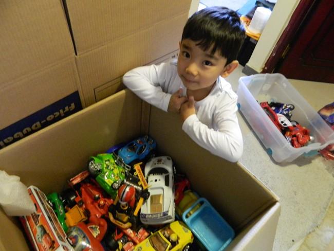 Nhà tâm lý học tiết lộ vì sao cha mẹ chỉ nên mua cho trẻ đồ chơi vừa đủ, quần áo hạn chế - Ảnh 3.