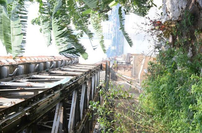 Những câu chuyện đau lòng quanh 5 ngôi mộ vô danh và miếu thờ 2 cô gái chết trẻ ở bãi sông Hồng - Ảnh 1.