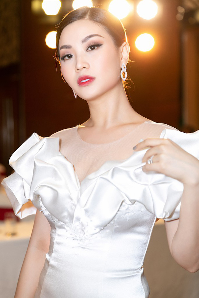 Á hậu Diễm Trang mặc váy lộng lẫy như công chúa nhưng lại vô tư ngồi ăn... khoai lang - Ảnh 9.