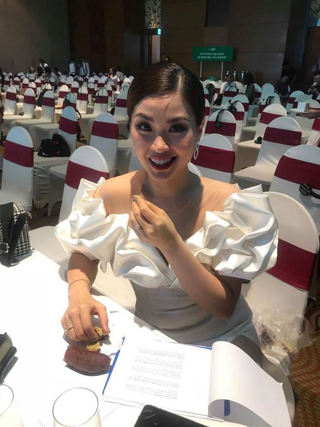 Á hậu Diễm Trang mặc váy lộng lẫy như công chúa nhưng lại vô tư ngồi ăn... khoai lang - Ảnh 3.