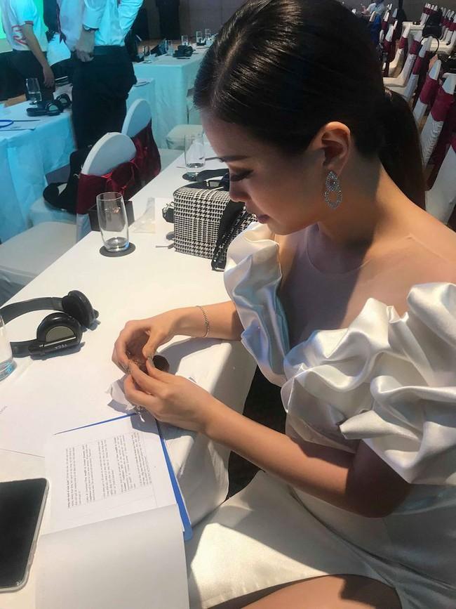 Á hậu Diễm Trang mặc váy lộng lẫy như công chúa nhưng lại vô tư ngồi ăn... khoai lang - Ảnh 4.