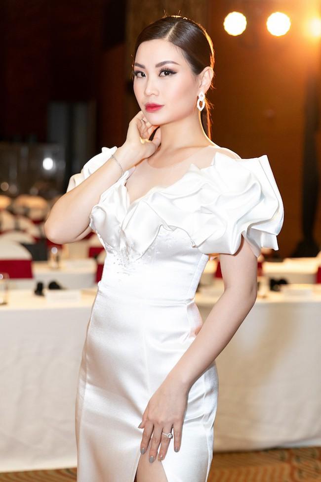 Á hậu Diễm Trang mặc váy lộng lẫy như công chúa nhưng lại vô tư ngồi ăn... khoai lang - Ảnh 1.