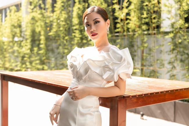 Á hậu Diễm Trang mặc váy lộng lẫy như công chúa nhưng lại vô tư ngồi ăn... khoai lang - Ảnh 5.