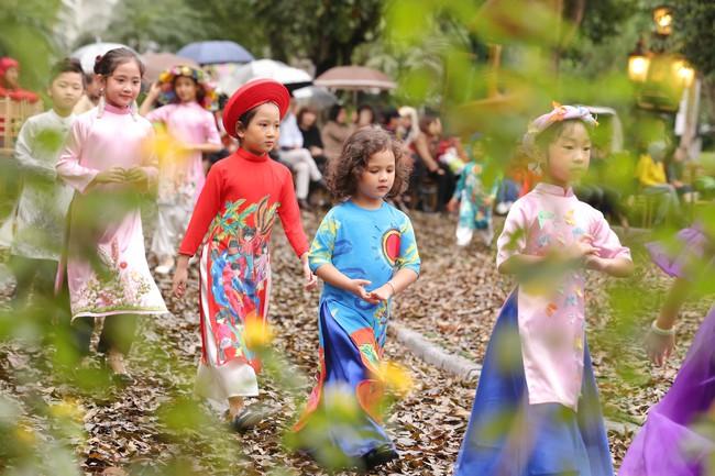 MC Phan Anh tất bật chuẩn bị đồ cho con gái, 4 mẹ con Hà Kiều Anh khép lại Tuần lễ thời trang trẻ em - Ảnh 8.