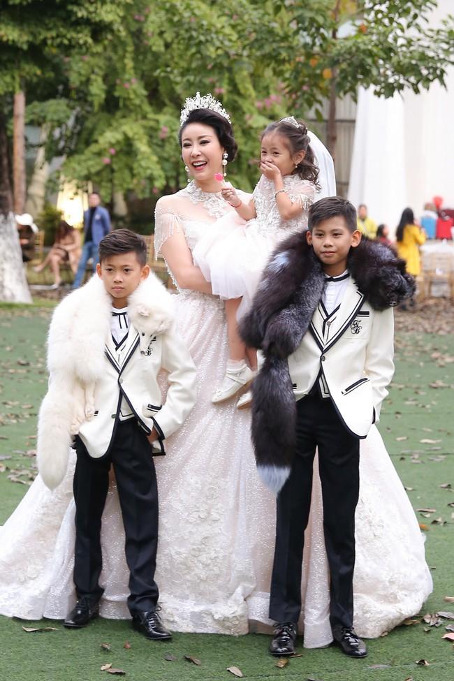 MC Phan Anh tất bật chuẩn bị đồ cho con gái, 4 mẹ con Hà Kiều Anh khép lại Tuần lễ thời trang trẻ em - Ảnh 2.