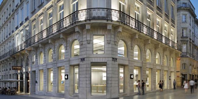 Bạo loạn tại Pháp, người biểu tình ngang nhiên vào Apple Store đập phá và đánh cắp nhiều iPhone, iPad, MacBook - Ảnh 1.