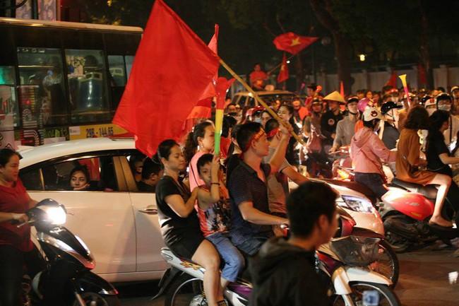 Cảnh sát đặc biệt 141 Hà Nội sẽ trang bị súng đạn cao su chống đua xe sau trận chung kết AFF - Ảnh 3.