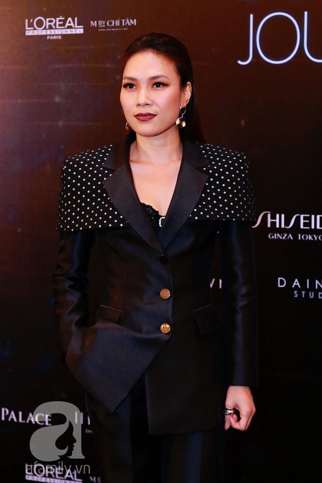 Phạm Quỳnh Anh diện váy đen đầy quyến rũ, Mỹ Tâm nam tính góc cạnh với tóc nâu môi trầm trên thảm đỏ Elle - Ảnh 3.