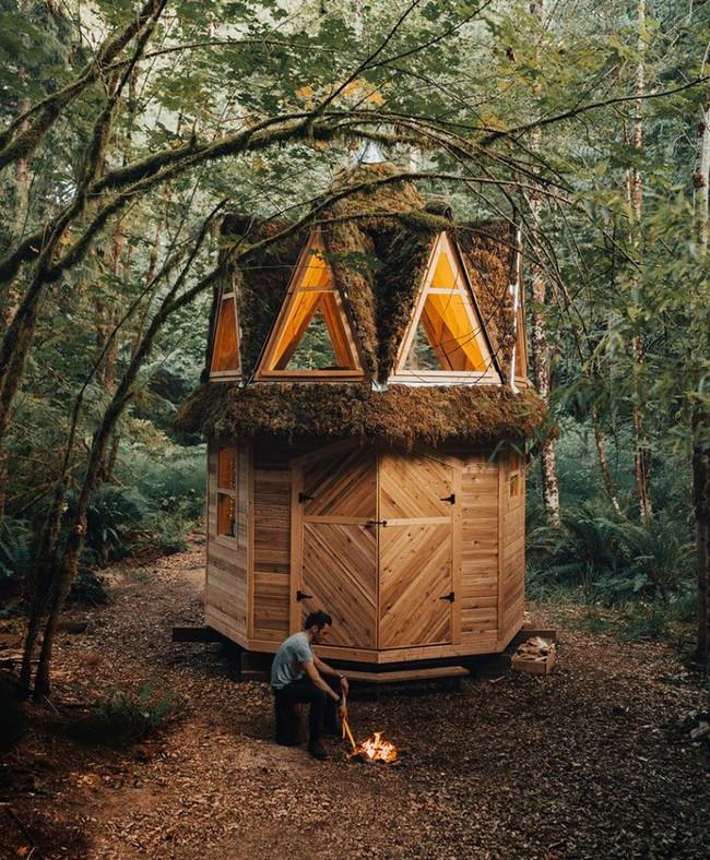 Ngôi nhà nhỏ xíu kiểu cabin xinh đẹp như trong truyện cổ tích nhờ thiết kế mái che đáng yêu - Ảnh 2.