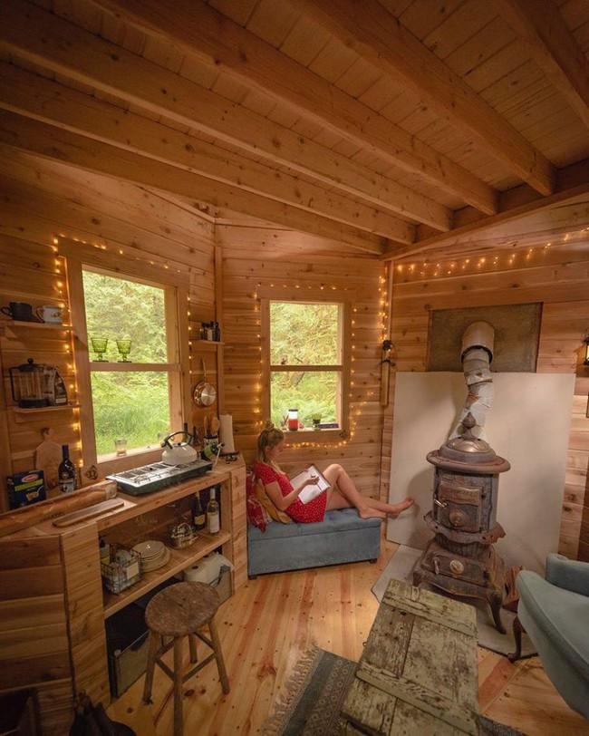 Ngôi nhà nhỏ xíu kiểu cabin xinh đẹp như trong truyện cổ tích nhờ thiết kế mái che đáng yêu - Ảnh 3.