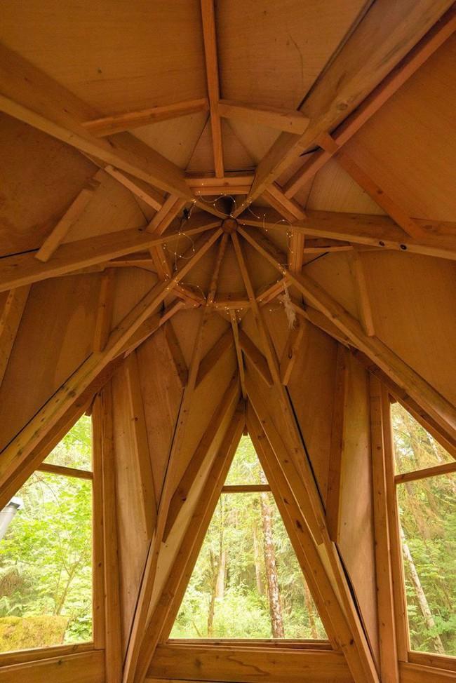 Ngôi nhà nhỏ xíu kiểu cabin xinh đẹp như trong truyện cổ tích nhờ thiết kế mái che đáng yêu - Ảnh 5.