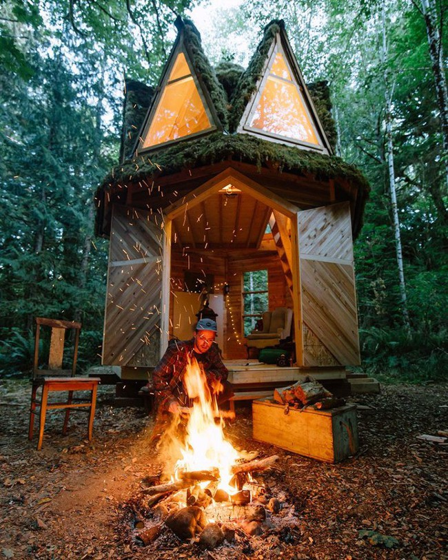 Ngôi nhà nhỏ xíu kiểu cabin xinh đẹp như trong truyện cổ tích nhờ thiết kế mái che đáng yêu - Ảnh 7.
