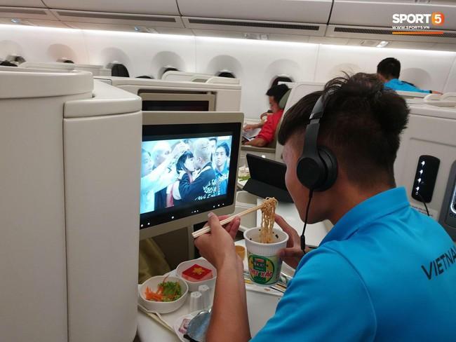 Chỉ với bức ảnh ăn mì tôm trên máy bay, Quang Hải đã được dân mạng soi ra hai đặc điểm mới cực thú vị - Ảnh 1.