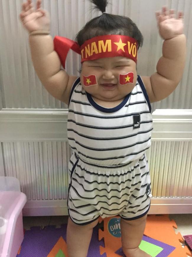 Mới 11 tháng tuổi, bé gái ú na ú nần đã nặng 14kg khiến các mẹ không thể tin vào mắt mình - Ảnh 1.