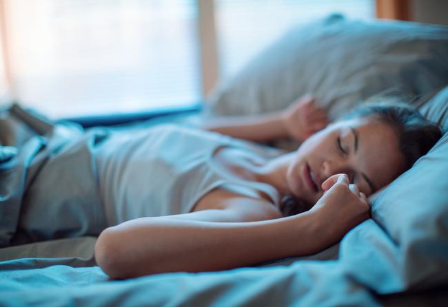 Lúc ngủ mà hay làm những điều này thì hãy bỏ ngay kẻo gây nguy hại sức khỏe - Ảnh 3.