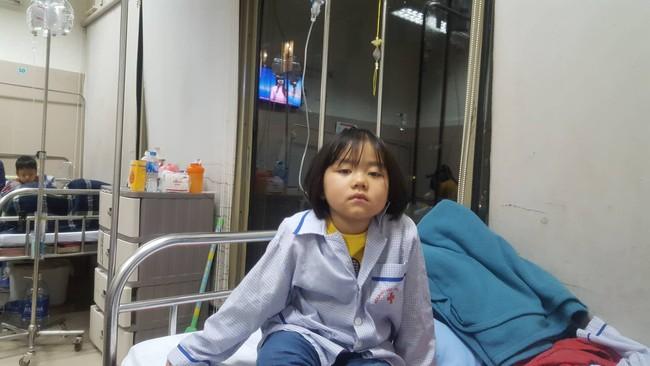 Câu hỏi nhói lòng của bé gái 6 tuổi mắc bệnh ung thư máu: Không vay được tiền, con sẽ chết phải không mẹ? - Ảnh 1.