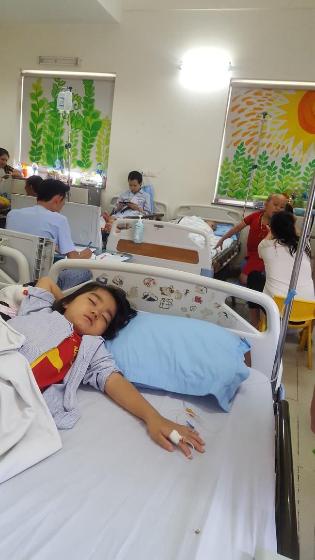 Câu hỏi nhói lòng của bé gái 6 tuổi mắc bệnh ung thư máu: Không vay được tiền, con sẽ chết phải không mẹ? - Ảnh 2.