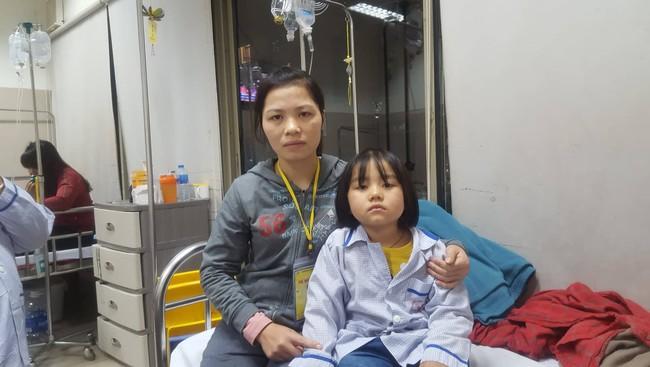 Câu hỏi nhói lòng của bé gái 6 tuổi mắc bệnh ung thư máu: Không vay được tiền, con sẽ chết phải không mẹ? - Ảnh 7.