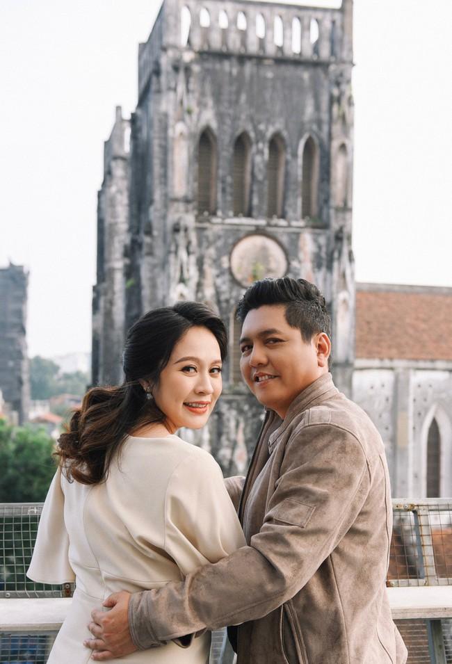Vợ chồng Thanh Thúy - Đức Thịnh hạnh phúc tay trong tay dạo phố phường Hà Nội - Ảnh 1.