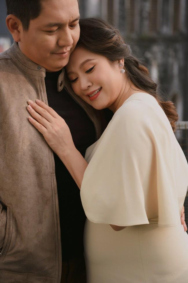 Vợ chồng Thanh Thúy - Đức Thịnh hạnh phúc tay trong tay dạo phố phường Hà Nội - Ảnh 5.