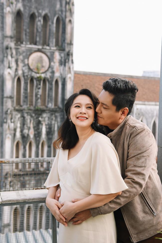 Vợ chồng Thanh Thúy - Đức Thịnh hạnh phúc tay trong tay dạo phố phường Hà Nội - Ảnh 6.