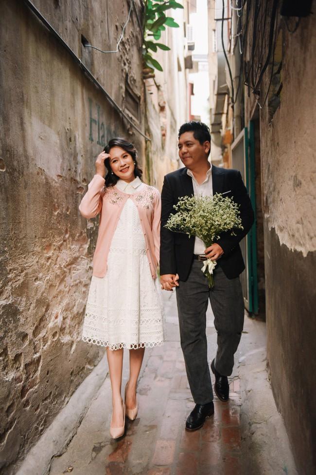 Vợ chồng Thanh Thúy - Đức Thịnh hạnh phúc tay trong tay dạo phố phường Hà Nội - Ảnh 9.