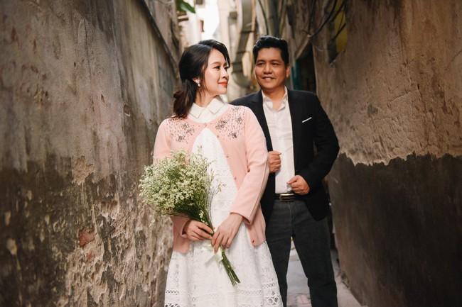 Vợ chồng Thanh Thúy - Đức Thịnh hạnh phúc tay trong tay dạo phố phường Hà Nội - Ảnh 10.