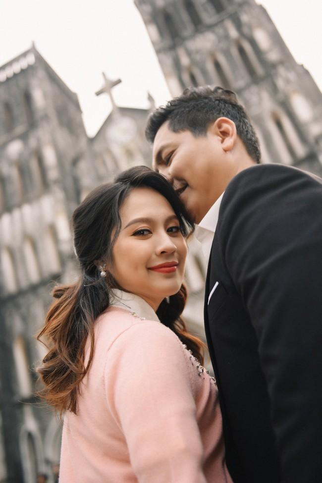 Vợ chồng Thanh Thúy - Đức Thịnh hạnh phúc tay trong tay dạo phố phường Hà Nội - Ảnh 11.