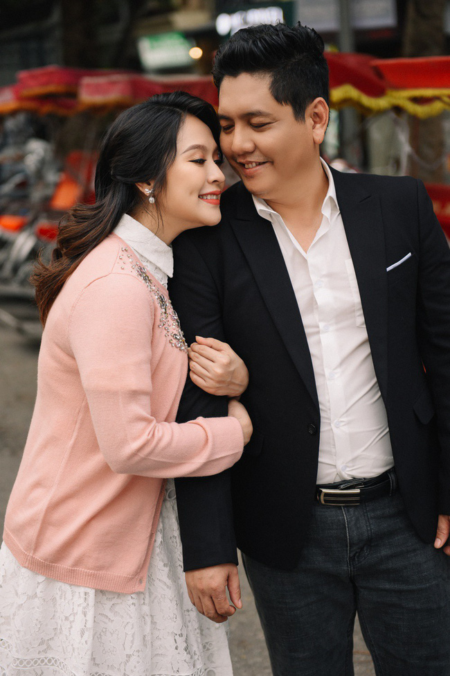 Vợ chồng Thanh Thúy - Đức Thịnh hạnh phúc tay trong tay dạo phố phường Hà Nội - Ảnh 12.