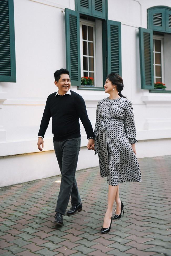 Vợ chồng Thanh Thúy - Đức Thịnh hạnh phúc tay trong tay dạo phố phường Hà Nội - Ảnh 13.