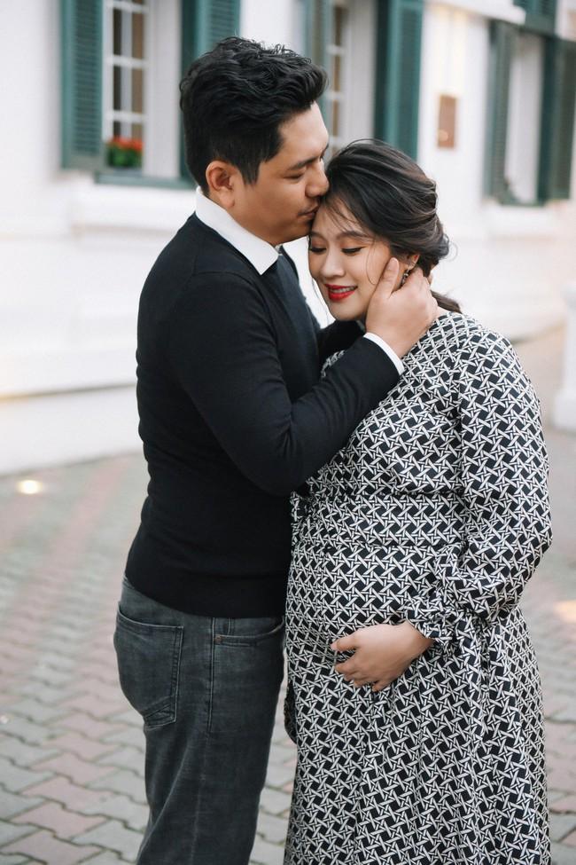 Vợ chồng Thanh Thúy - Đức Thịnh hạnh phúc tay trong tay dạo phố phường Hà Nội - Ảnh 16.