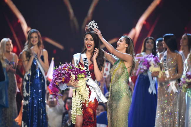 Sự trùng lặp khó tin Miss Universe 2018: Tân Hoa hậu và màn đăng quang cách đây gần 30 năm trước - Ảnh 1.