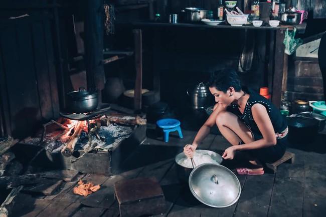 Cô gái Ê Đê nghèo từng lên thành phố làm osin đã ngoạn mục lọt Top 5 Miss Universe 2018 như thế nào? - Ảnh 4.