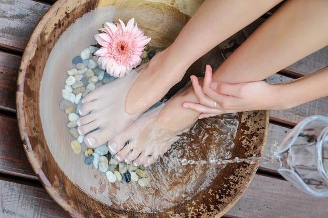 Người phụ nữ đột tử sau 5 phút ngâm chân với nước nóng, thói quen vào mùa đông này phải điều chỉnh sao cho đúng? - Ảnh 4.