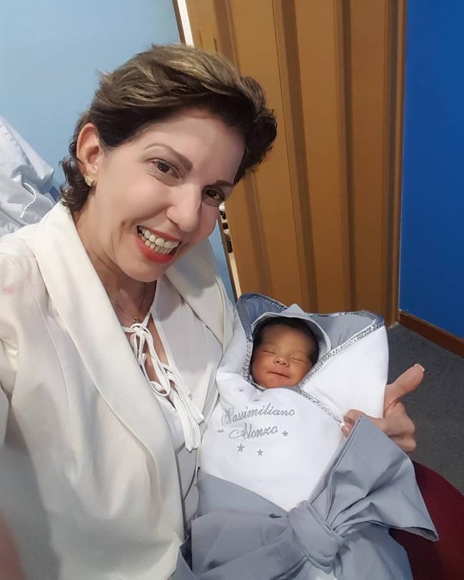 Chào đời nhưng em bé vẫn nằm ngủ ngon lành trong túi ối, mặc kệ thế giới mình đang buồn ngủ lắm! - Ảnh 4.
