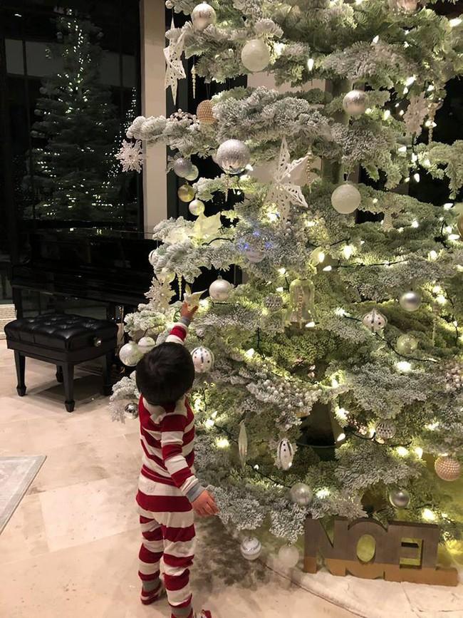 Khoe con trai nhỏ giúp mẹ trang trí thông Noel, bà xã Đan Trường còn tiết lộ món quà dành tặng chị em dịp này - Ảnh 3.