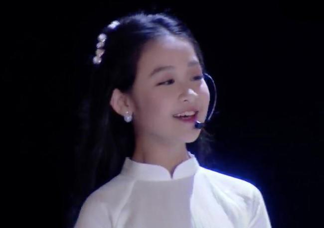 Nhan sắc lịm tim của bé gái ngồi cạnh Hoa hậu Đỗ Mỹ Linh, danh tính cô bé mới khiến dân mạng bất ngờ - Ảnh 2.