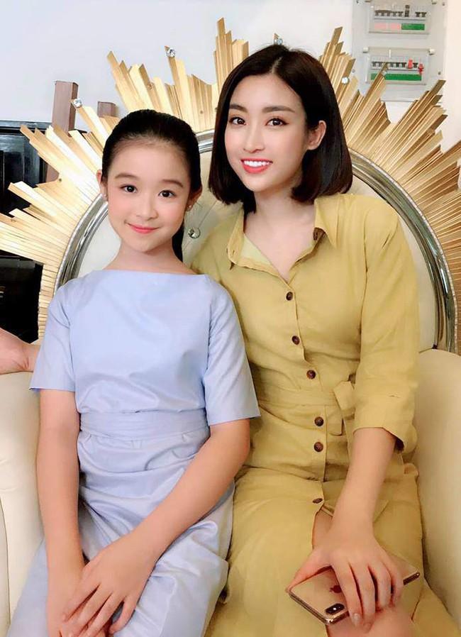 Nhan sắc lịm tim của bé gái ngồi cạnh Hoa hậu Đỗ Mỹ Linh, danh tính cô bé mới khiến dân mạng bất ngờ - Ảnh 1.