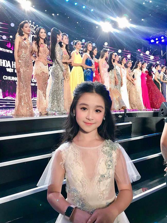 Nhan sắc lịm tim của bé gái ngồi cạnh Hoa hậu Đỗ Mỹ Linh, danh tính cô bé mới khiến dân mạng bất ngờ - Ảnh 4.