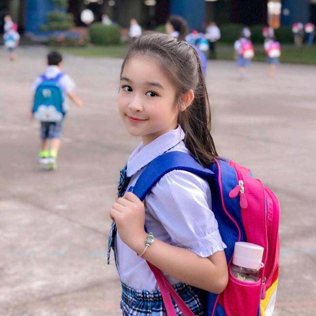Nhan sắc lịm tim của bé gái ngồi cạnh Hoa hậu Đỗ Mỹ Linh, danh tính cô bé mới khiến dân mạng bất ngờ - Ảnh 7.