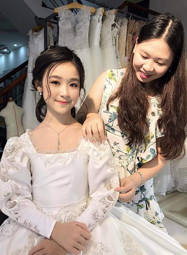 Nhan sắc lịm tim của bé gái ngồi cạnh Hoa hậu Đỗ Mỹ Linh, danh tính cô bé mới khiến dân mạng bất ngờ - Ảnh 10.