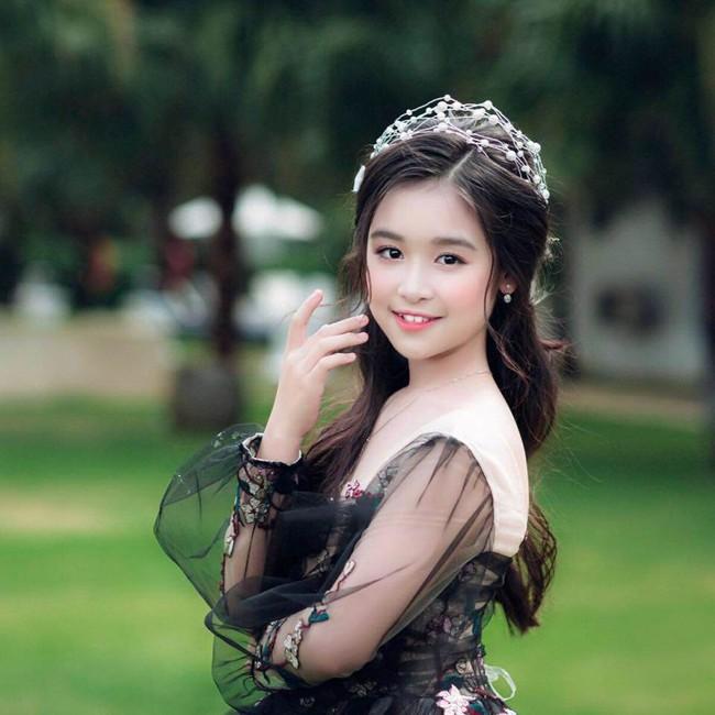 Nhan sắc lịm tim của bé gái ngồi cạnh Hoa hậu Đỗ Mỹ Linh, danh tính cô bé mới khiến dân mạng bất ngờ - Ảnh 11.